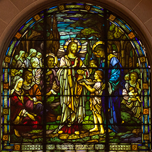 Jesus Multiplies the Loaves and Fishes, art glass window in the south rear corner of the nave of Shadyside Presbyterian Church.